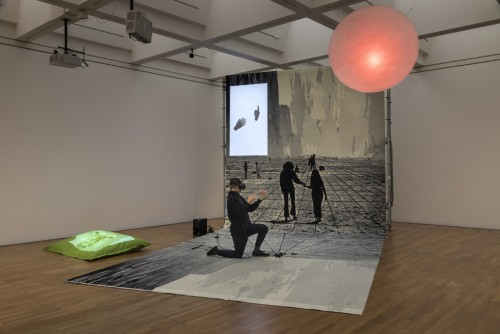 »Pre-Alpha Courtyard Games (raindrops on my cheek)«, 2017<br />VR-Installation, custom made VR Software build with Unity, VIVE VR Station, Leap Monitor Controller, custom made carpet, scaffold, plexiglass, projectors, clay, 415 x 400 x 900 cm<br />Installation view, Zeppelin Museum, Friedrichshafen, Germany, 2017