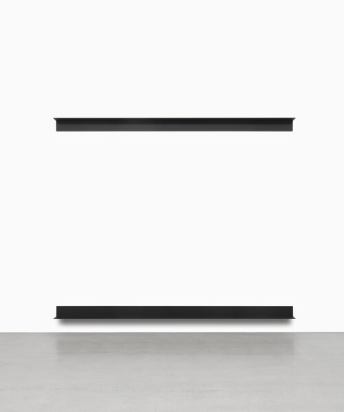 <i>Monoform 76</i>,       2019<br />      two lacquered aluminum angles,        15 x 330 x 15 cm<br />