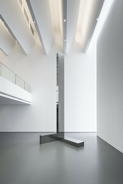 <i>Verstärker 1</i>,       2016<br />      polished stainless steel,        770 x 220 x 248 cm<br />      Exhibition view Kunsthalle Weishaupt, Ulm, Germany, 2016