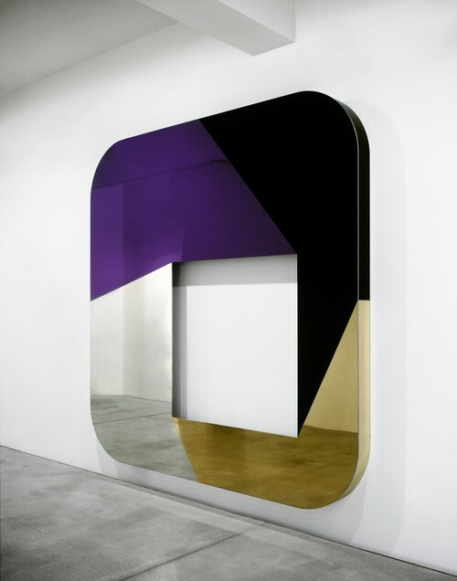 <i>total object 154</i>,       2008<br />      lacquered aluminium,        298 x 298 x 16 cm<br />