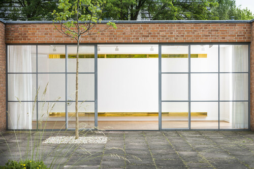 <i>Monoform 2</i>,       2014<br />      two lacquered aluminum angles,        15 x 600 x 15 cm<br />      Exhibition view Mies van der Rohe Haus, Berlin, Germany, 2014