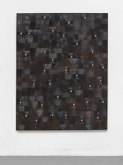 »Regen prasselt auf Boden (Holz)«, 2017<br />cassette tape, cassette wheel and canvas on wood in brass frame, 178 x 138 x 5 cm<br />