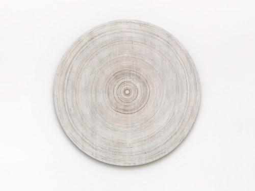 »Elliptische Schatten Platte (in den orphischen Schatten)«, 2015<br />cassette tape coating and adhesive tape on canvas on wood, Ø 92 cm<br />