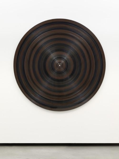»Target Platte«,       2014<br />      plexi, cassette reel, cassette tape, wood,        ø 172 cm<br />