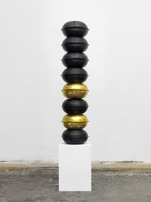 »Made in New York«,       2012<br />      compression-molded records, metal bar, marble plinth,        177 x 33,5 x 33,5 cm<br />