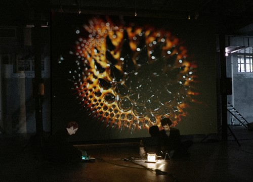 »Rapport de lois universelles«, 2012<br />Beaker, chemicals, iron nano-particules, camera and live-screening, Performance, 3:40 min.<br />