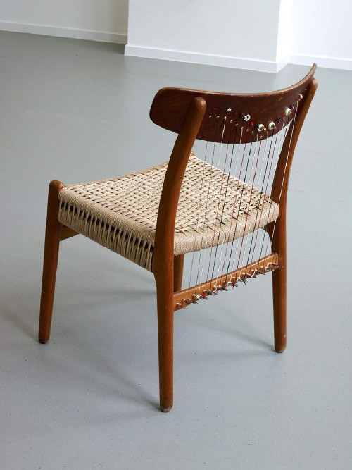 »Chair Harp (from the series Music Room, Brussels)«,       2015<br />      Scandinavian Designer chair from the 70s, teakwood, straw, harp strings,        75 x 52 x 50 cm<br />