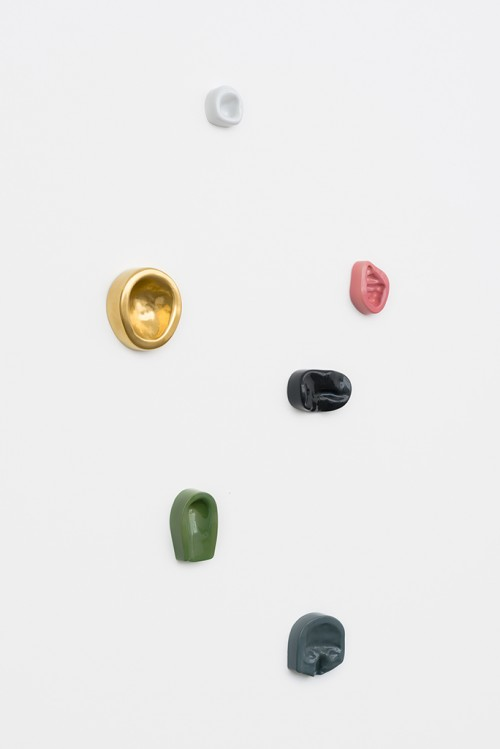 »Leaning Wall (6)«, 2013/2014<br />Imprints of female and male body parts cast in colour-glazed Meissen porcelain, various sizes<br />
