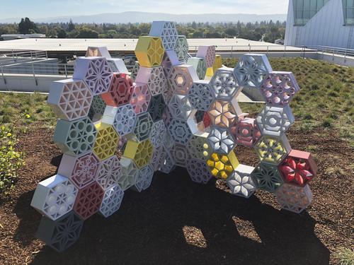 »Jali Blossom Shamrock«,       2018<br />      glazed ceramics,        150 x 280 x 280 cm<br />      Menlo Park, California, U.S.A