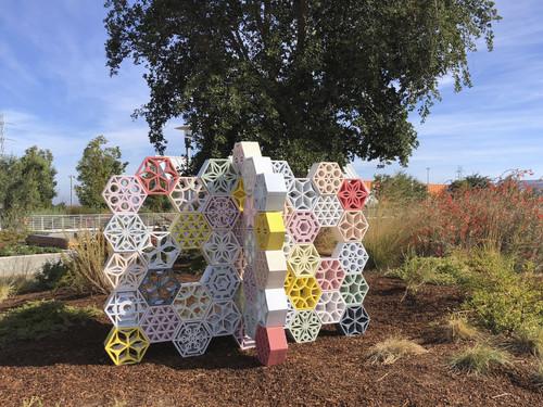 »Jali Blossom Hedge«,       2018<br />      glazed ceramics,        135 x 120 x 200 cm<br />      Menlo Park, California, U.S.A