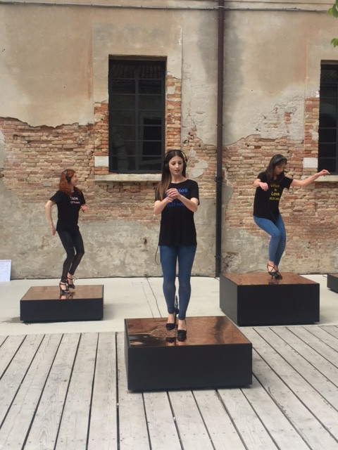 »Raise the Roof (Venice)«, 2017<br />Performance, 57th International Exhibition of La Biennale di Venezia, Venice, Italy, 2017, 8:24 min<br />For the 57th International Exhibition of La Biennale di Venezia Nevin Aladağ restages