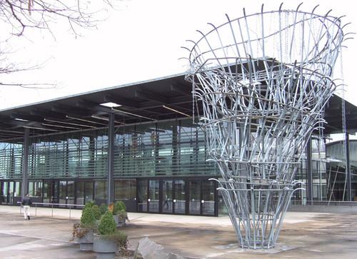<i>Meistdeutigkeit</i>,       1993<br />      galvanized steel,        750 x 150 cm / 750 x 650 cm<br />      Installation view Neuer Plenarsaal, Bonn, Germany