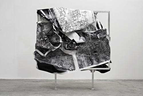 <i>b/w-L.A</i>,       2014<br />      aluminium, stainless steel, digital print,        255 x 255 x 90 cm<br />