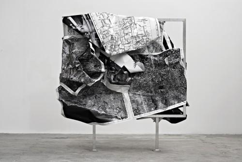 »b/w-L.A«, 2014<br />aluminium, stainless steel, digital print, 255 x 255 x 90 cm<br />
