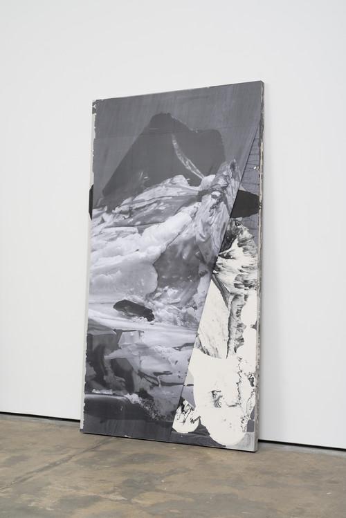 »DUO 8«,       2014<br />      jesmonite, pigment, paper,        215 x 116 x 5 cm<br />