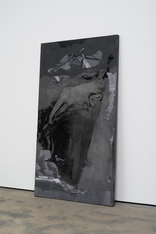 »DUO 7«,       2014<br />      jesmonite, pigment, paper,        215 x 116 x 5 cm<br />