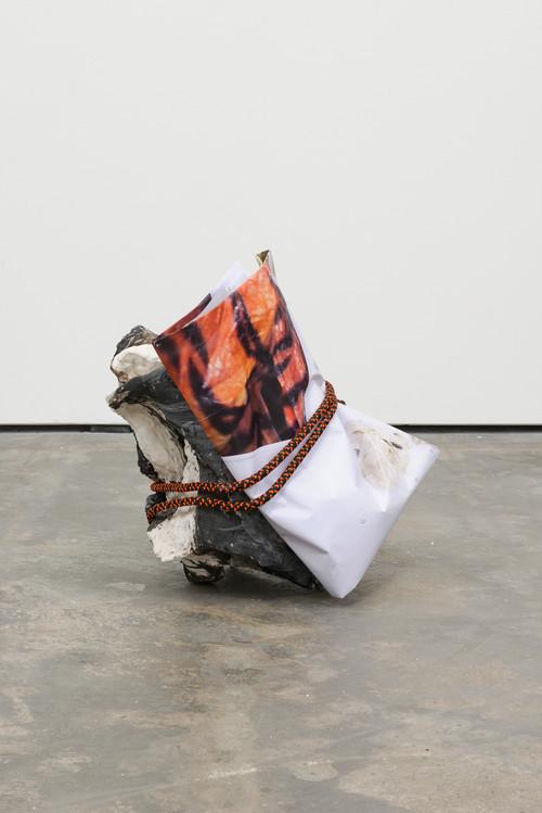 »mid fall 1«,       2016<br />      porcelain, black grog, paper, rope,        58 x 49 x 56 cm<br />