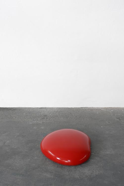 <i>Gummi (red)</i>,       2003<br />      caoutchouc, foam, wood,        15 x 65 x 55 cm<br />