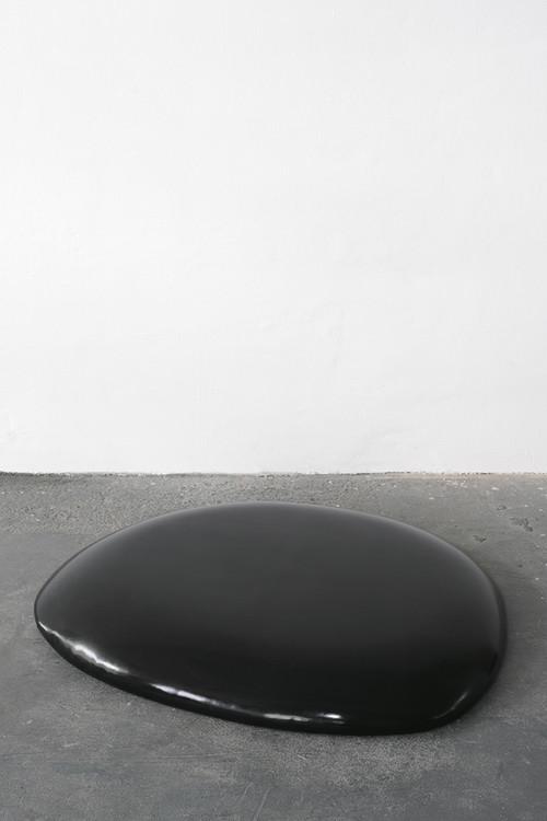 <i>Gummi (black)</i>,       1991<br />      caoutchouc, foam, wood,        15 x 120 x 100 cm<br />