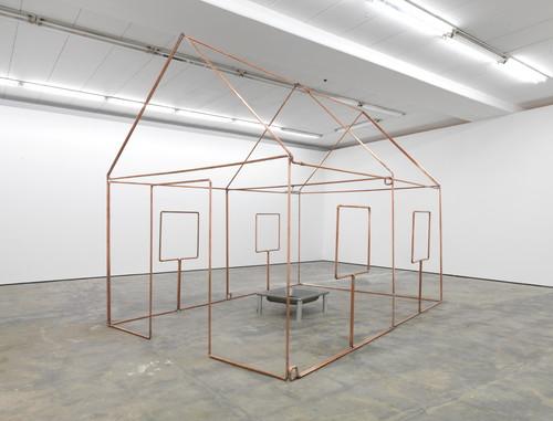 <i>mit Dusche, Ein-Linien-Raumzeichnung als Wasserleitung</i>,       1986/2012<br />      copper tube, mixed media,        352 x 302 x 452 cm<br />      Installation view Wentrup, Berlin, Germany, 2012