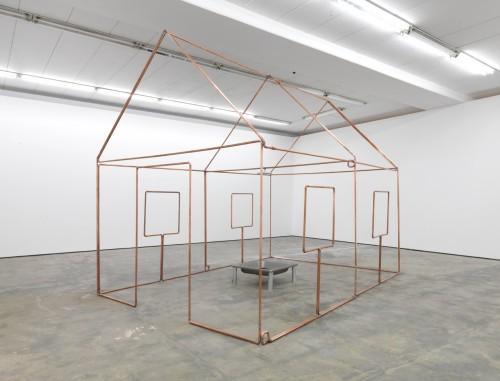 »mit Dusche, Ein-Linien-Raumzeichnung als Wasserleitung«,       1986/2012<br />      copper tube, mixed media,        352 x 302 x 452 cm<br />      Installation view Wentrup, Berlin, Germany, 2012