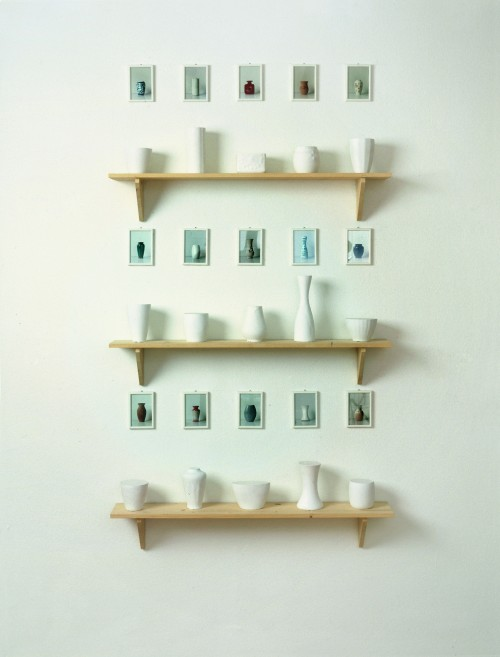 »Form und Inhalt (15 x 1 Liter) (form and content)«,       1982/1992<br />      plaster, wood, photo,        9 – 28,5 cm high (flower vases), 15 x 10 cm (photos), 19,8 x 120 x 19,8 cm (shelves)<br />