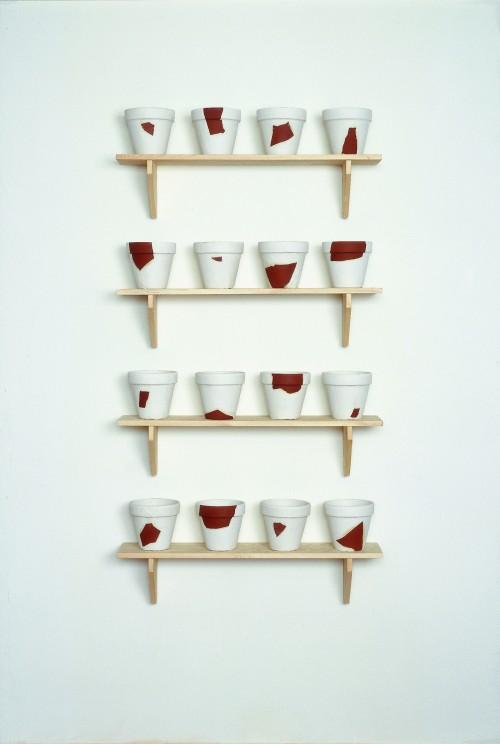 »Rekonstruktionen (resconstructions)«,       1988/1994<br />      pug, plaster, wood,        18 x ø 19,5 cm (flowerpot), 22,8 x 100 x 22 cm (shelves)<br />