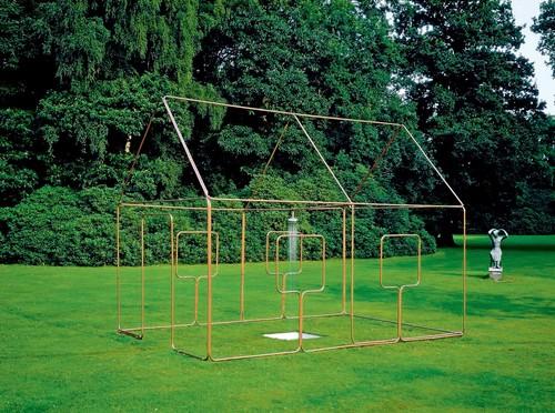 <i>mit Dusche, Ein-Linien-Raumzeichnung als Wasserleitung</i>,       1986/2012<br />      copper tube, mixed media,        352 x 302 x 452 cm<br />      Installation view Middelheim Museum, Antwerp, Belgium, 2001