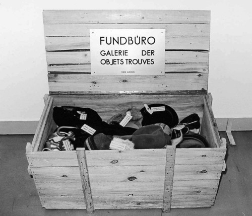 <i>Fundbüro - Galerie der Objets trouvés</i>,       1970/74<br />      Lost and Found – Gallery of Objets Trouvés,        58 x 113 x 58 cm<br />