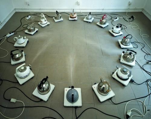»Kesseltreiben«, 1963<br />16 kettles, aluminium, stainless steel, sheetiron, Ø 200 cm<br />catcalls and flute concerto