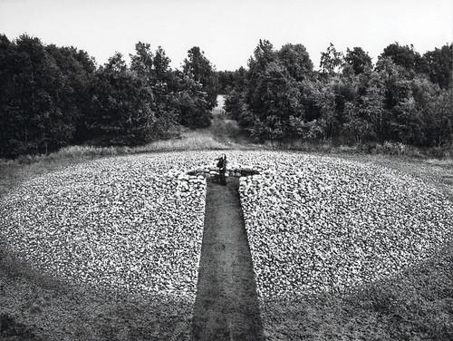 <i>Ego-zentrischer Steinkreis: Steine in Wurfweite</i>,       1977<br />             <br />      Ego-centric stone circle: stones in throwing range, Illhorn-Neuenkirchen