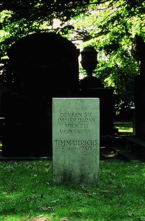 <i>Denken Sie immer daran, mich zu vergessen! Timm Ulrichs, 31.3.1940, Grabstein</i>,       1969<br />      Chalk and dolomite,       <br />      Always Remember To Forget Me! Timm Ulrichs, 3-30-1940, Gravestone