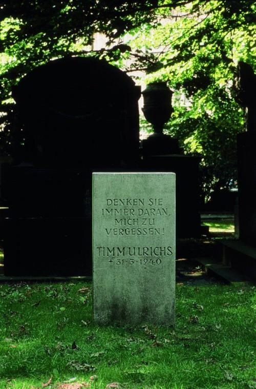 »Denken Sie immer daran, mich zu vergessen! Timm Ulrichs, 31.3.1940, Grabstein«, 1969<br />Chalk and dolomite<br />Always Remember To Forget Me! Timm Ulrichs, 3-30-1940, Gravestone