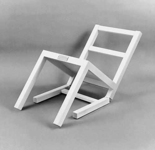»Der erste sitzende Stuhl (nach langem Stehen sich zur Ruhe setzend)«,       1970<br />      Painted wood,        90 x 45 x 45 cm<br />