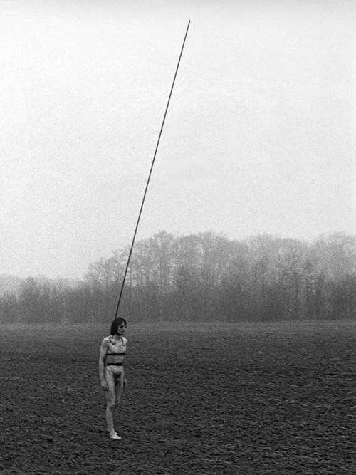 <i>Timm Ulrichs, den Blitz auf sich lenkend</i>,       1977<br />      photo,        120 x 80 cm<br />