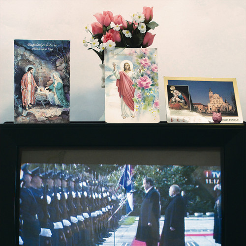 <i>Die Welt im Wohnzimmer: Das Fernsehgerät als Sockel und Hausaltar (The World at Home. The TV as plinth and house altar)</i>,       2001/09<br />      Series of 50 color photographies,        52 x 52 cm<br />      Detail