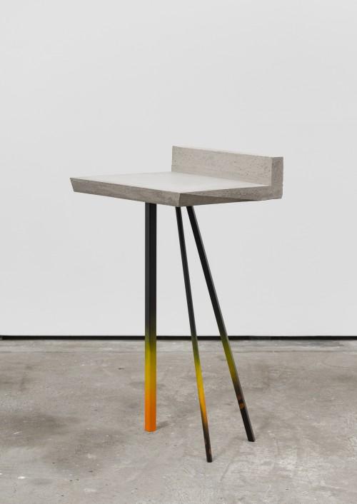 <br />»Tripod«, 2016<br />Steel, cement, paint, 97 x 48 x 53 cm<br />