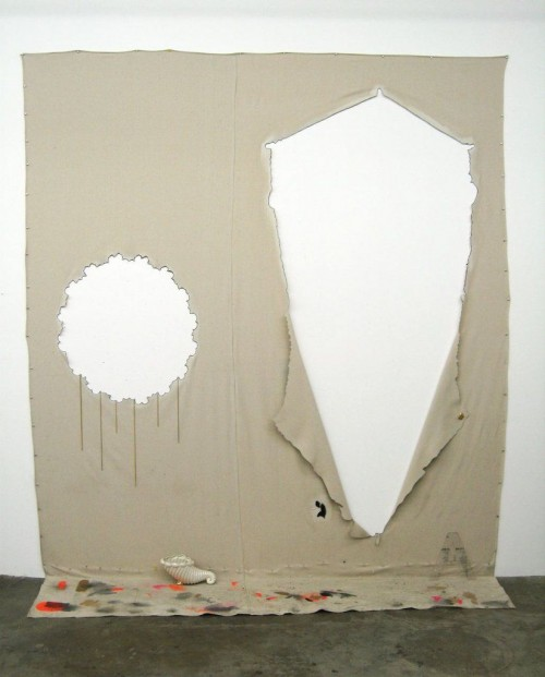 AMANDA ROSS-HO<br />»Negative Carrier«, 2009<br />canvas dropcloth, aluminum thumbtacks, acrylic paint, clear gesso, graphite, gold plated chains,, 305 x 267 x 61 cm<br />