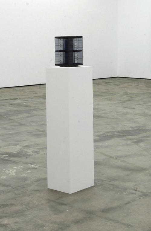 »Fundstück für Dan Graham«, 2009<br />plastic found object, 25 x 17 x 17 cm<br />
