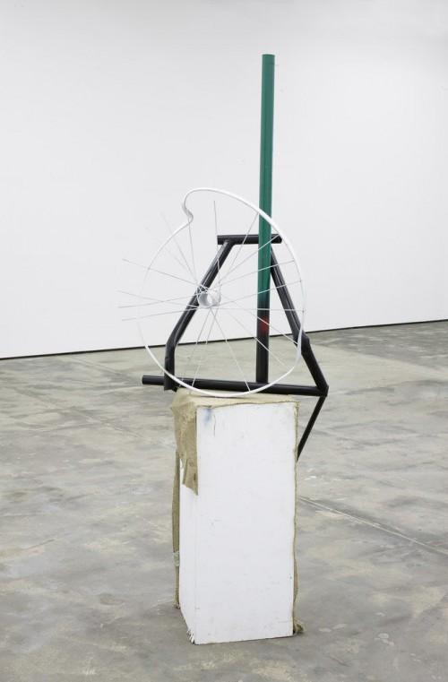 »Strippen in full colour«, 2009<br />metal, wood, spraypaint, jute, 195 x 45 x 70 cm<br />