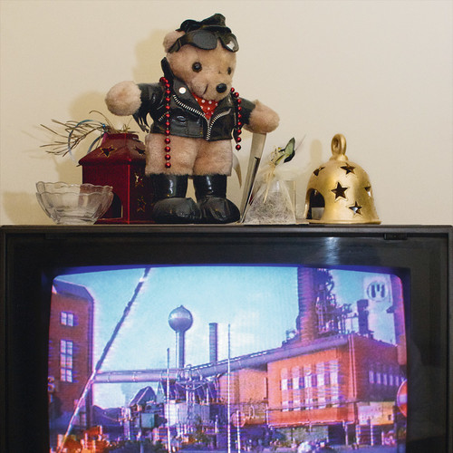 <i>Die Welt im Wohnzimmer: Das Fernsehgerät als Sockel und Hausaltar (The World at Home. The TV as plinth and house altar)</i>, 2001/2009<br />Series of 50 color photographies, 52 x 52 cm<br />