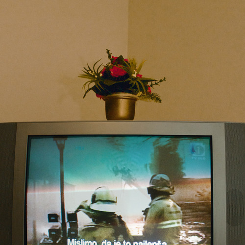 <i>Die Welt im Wohnzimmer: Das Fernsehgerät als Sockel und Hausaltar (The World at Home. The TV as plinth and house altar)</i>, 2001/2009<br />Series of 50 color photographies, 52 x 52<br />