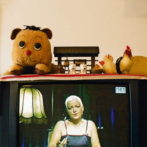 »Die Welt im Wohnzimmer: Das Fernsehgerät als Sockel und Hausaltar (The World at Home. The TV as plinth and house altar)«, 2001/2009<br />Series of 50 color photographies, 52 x 52 cm<br />
