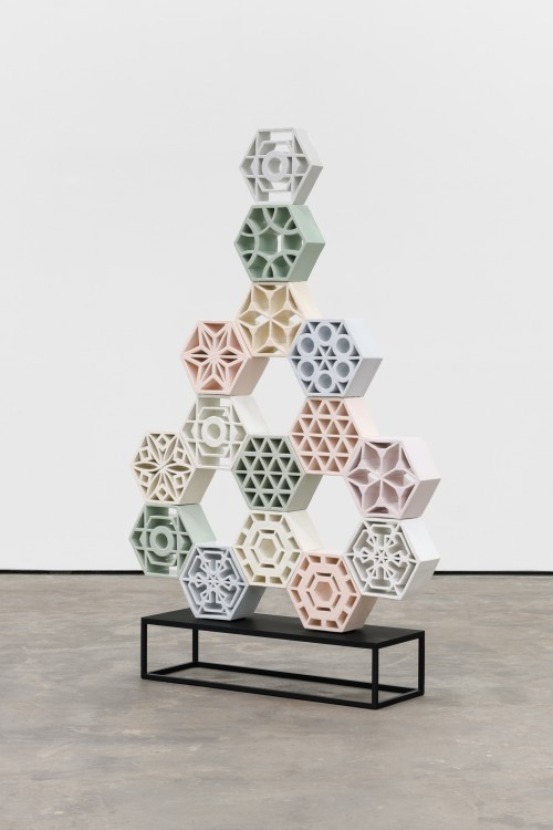»Jali Arrow 2«, 2018<br />glazed ceramic, powder coated steel, 158 x 113 x 13 cm<br />