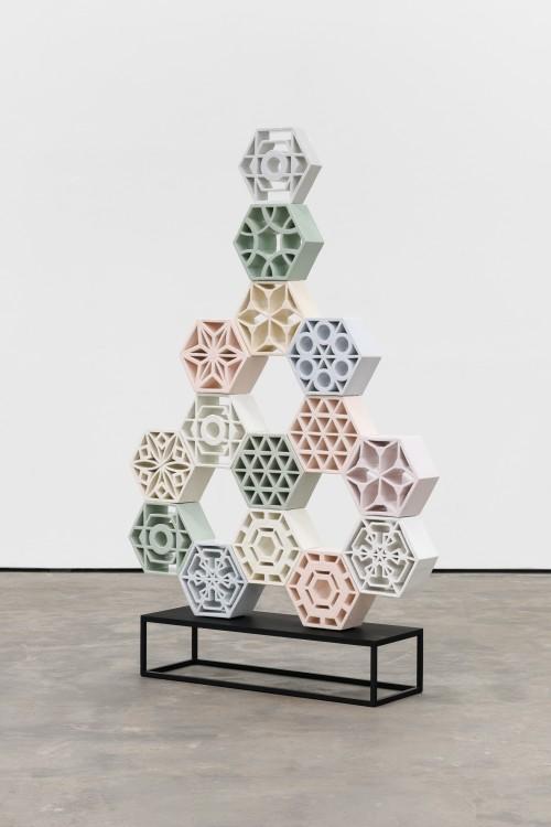 »Jali Arrow 2«, 2018<br />glazed ceramic, powder coated steel, 158 x 113 x 13 cm<br />