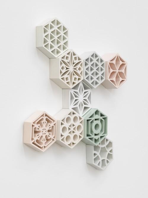 »Jali Pinwheel«, 2018<br />glazed ceramic, powder coated steel, 114 x 100 x 13 cm<br />