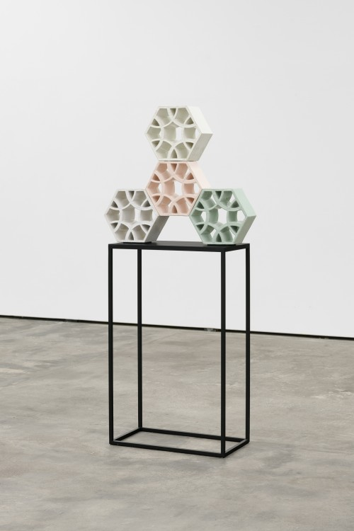 »Jali Spinner 1«, 2018<br />glazed ceramic, powder coated steel, 61 x 70 x 13 cm<br />