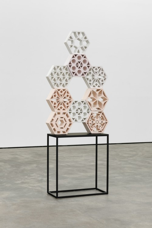 »Jali Rose 1«, 2018<br />glazed ceramic, powder coated steel, 110 x 70 x 13 cm<br />