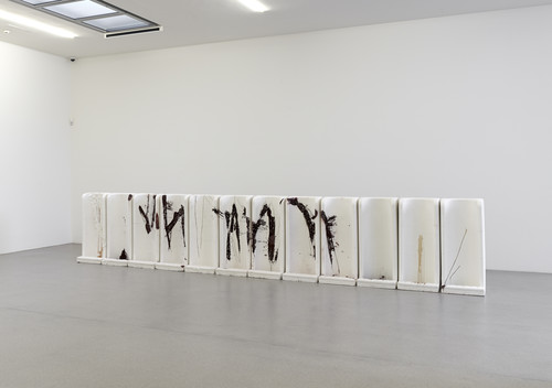 <i>Milieufragen</i>, 2007<br />cement, polyester resin, pigments, 112 x 568 x 75 cm<br />