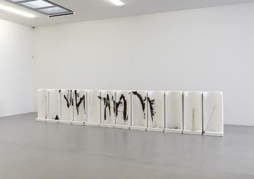 »Milieufragen«, 2007<br />cement, polyester resin, pigments, 112 x 568 x 75 cm<br />